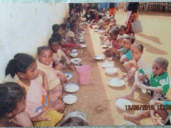 Niños comiendo en escuelas comunitarias de Beharena